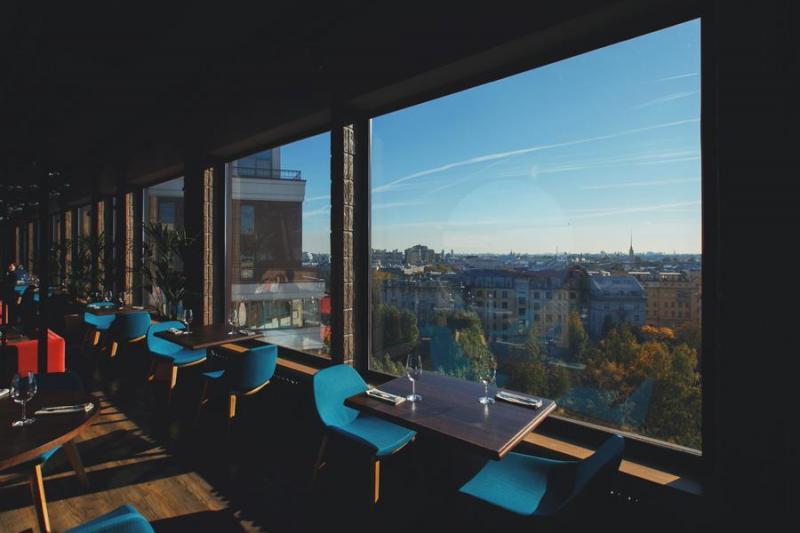 Паруса на крыше, ресторан в галерее Толстой Сквер